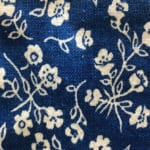 Fleurs blanches et tissu bleu