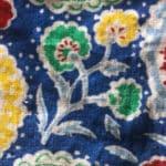 Fleurs colorées et tissu bleu